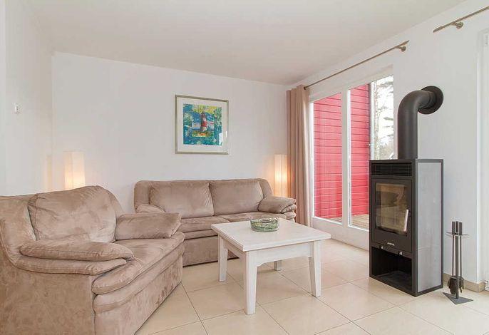 Wohnessbereich mit Couch, Sessel und Kaminofen