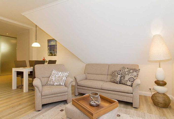 Wohnessbereich mit Couch, Sessel und Tisch