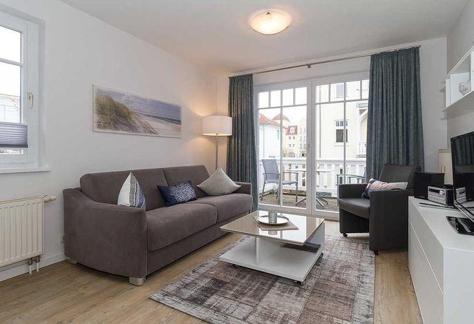 Wohn/Essbereich mit Couch und Sesseln