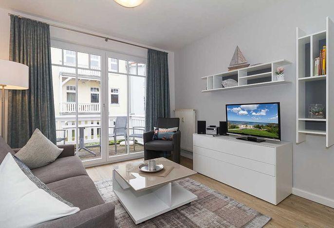 Wohn/Essbereich mit Couch, Sessel und TV
