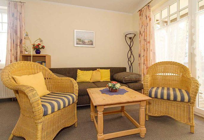 Wohnbereich mit Couch und Sessel