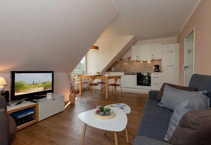 Wohn/Essbereich mit Couch, TV, Esstisch und Küchenzeile