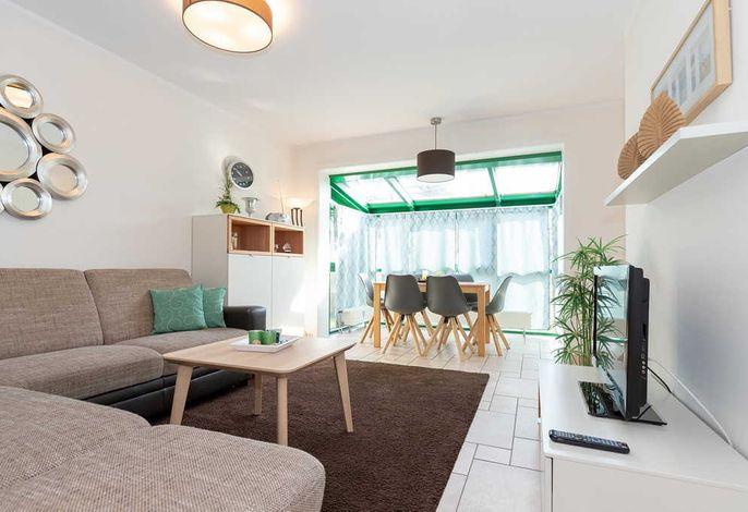 Wohn/Essbereich mit Couch, TV und Esstisch