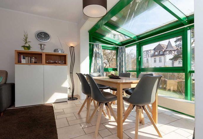 Wohn/Essbereich mit Esstisch, Sitzgelegenheiten und Ausblick
