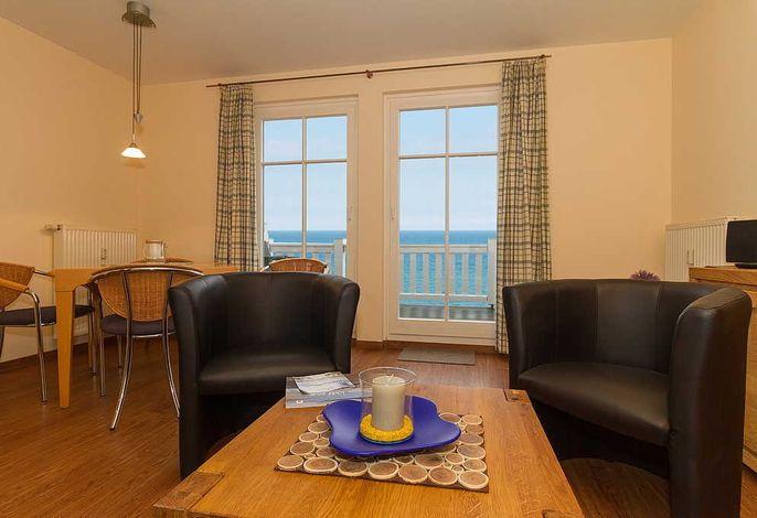 Wohnessbereich mit Sesseln und Esstisch