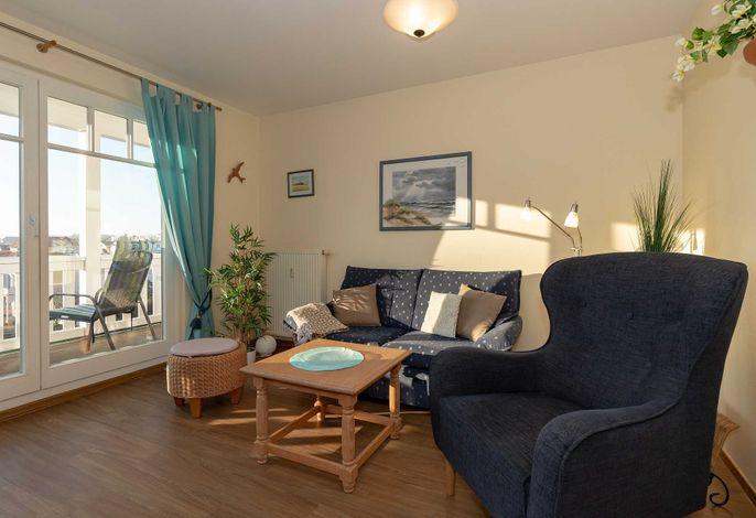 Wohnzimmer mit Couch, Sessel und Ausblick