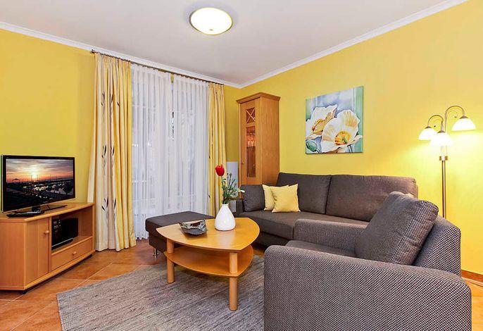 Wohnzimmer mit Couch und Fernseher