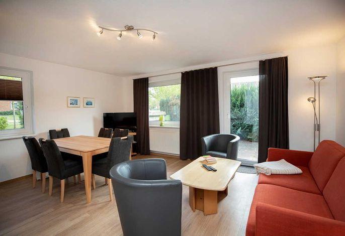 Wohn/Essbereich mit Couch und zwei Sesseln