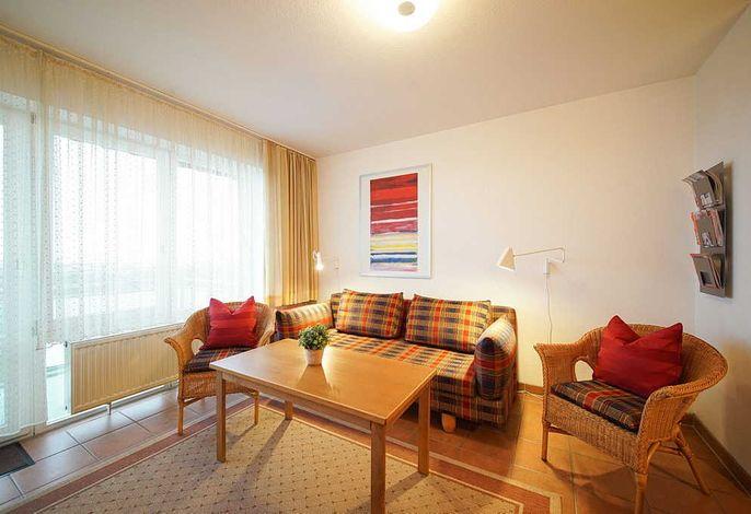 Wohnessbereich mit Couch, zwei Sessel und Tisch