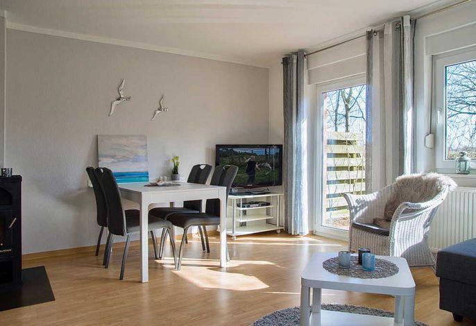 Wohn/Essbereich mit Esstisch, Sessel und TV