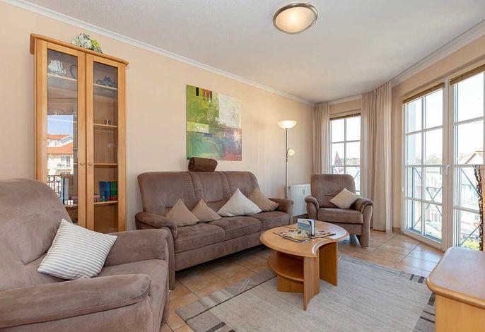 Wohn/Essbereich mit Couch, Couchtisch und Sesseln