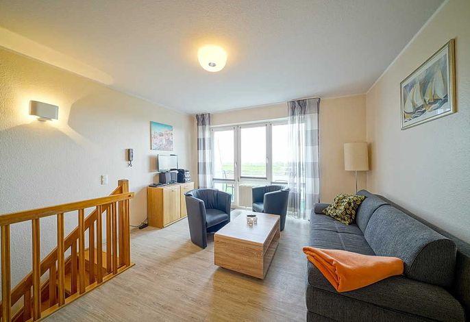 Wohnzimmer mit Couch, Tisch und Fernseher