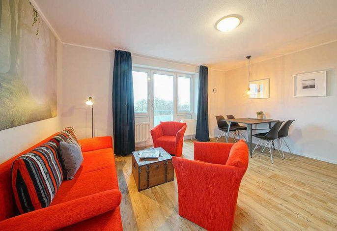 Wohnessbereich mit Couch, Sessel und Esstisch