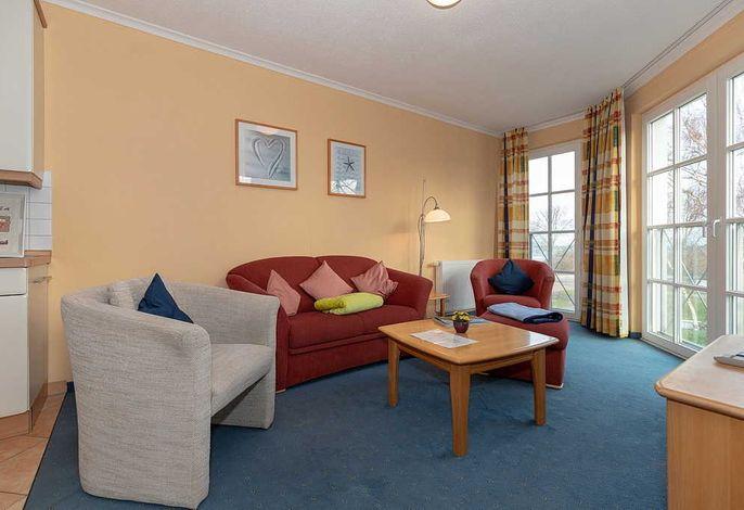 Wohnküche mit Couch und Sessel