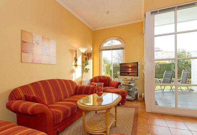 Wohnessbereich mit Couch, Tisch und Fernseher