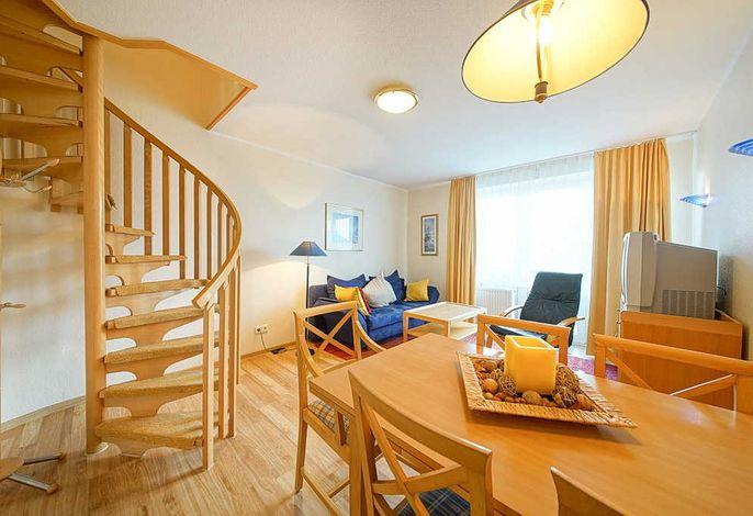 Wohnessbereich mit Esstisch und Treppenaufgang