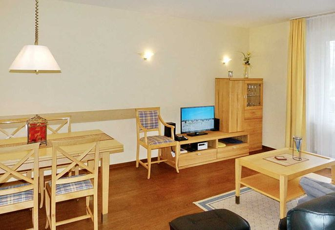 Wohnzimmer mit Esstisch und Fernseher