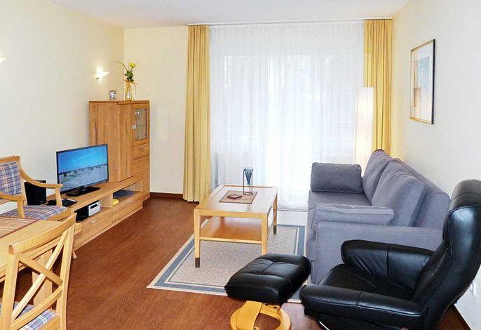 Wohnzimmer mit Schlafsofa und Relax-Sessel
