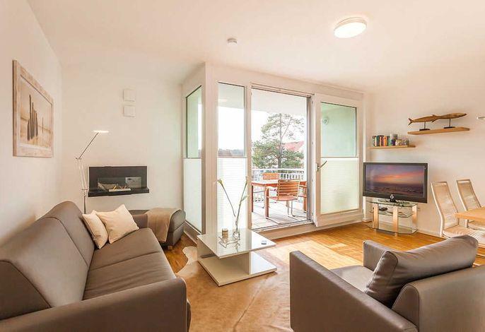 Wohnbereich mit Balkon und Fernseher