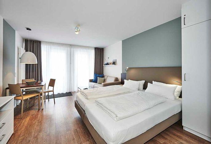 Wohn/Essbereich mit Doppelbett, Esstisch und Couch