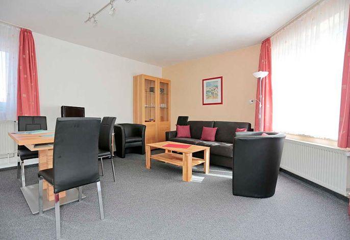 Wohn/Essbereich mit Couch, zwei Sessel und Esstisch