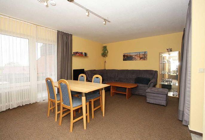 Wohn/Essbereich mit Couch und Esstisch