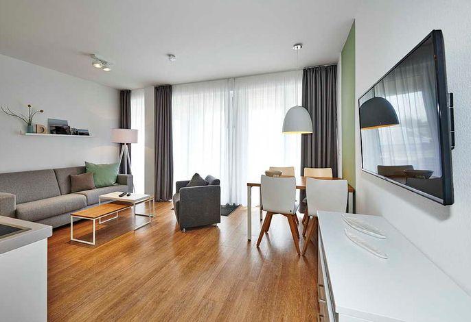 Wohn/Essbereich mit TV, Esstisch, Couch und Sesseln