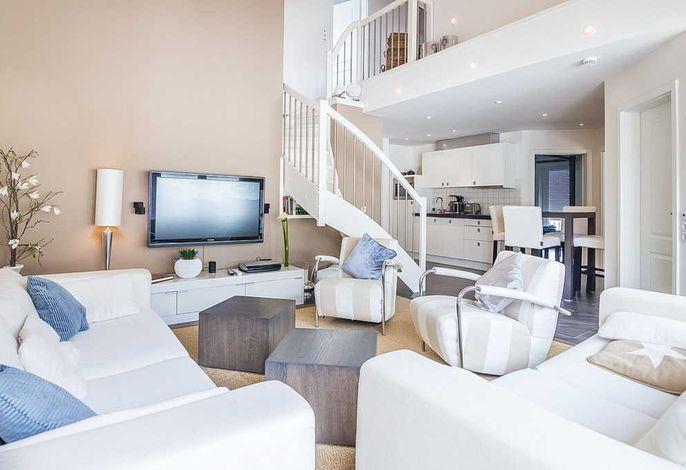 Wohnbereich mit zwei Sofas und Fernseher