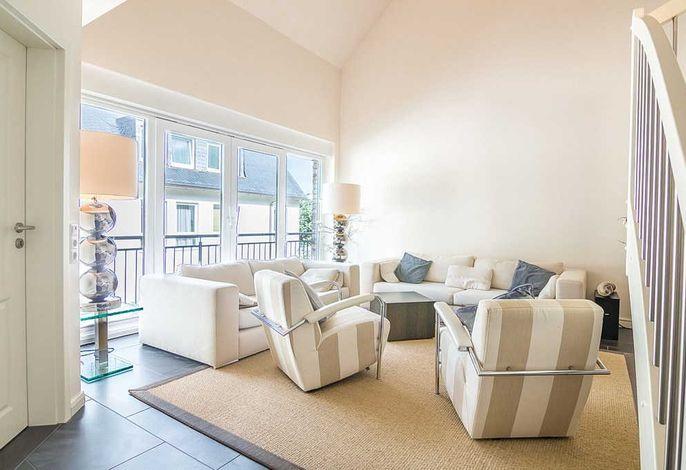 Wohnbereich mit zwei Sofas und zwei Sessel