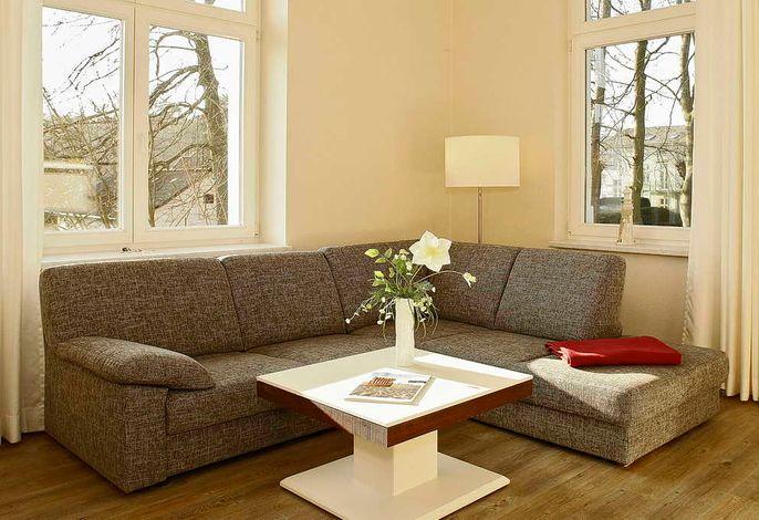 Wohnessbereich mit Couch und Tisch