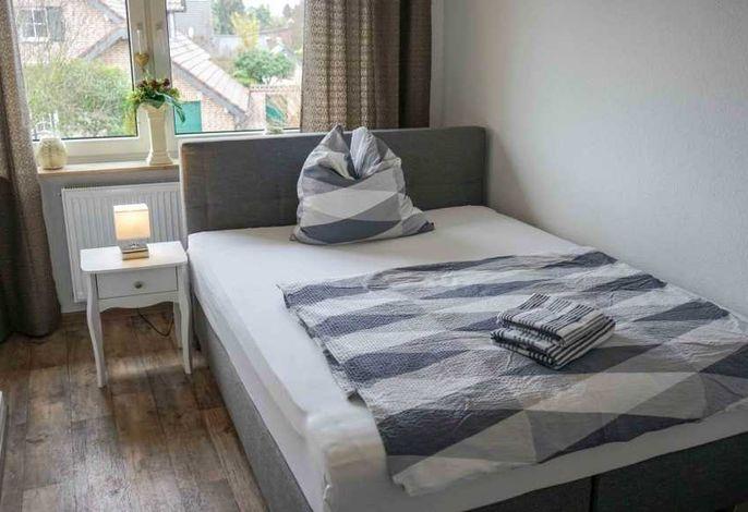 Schlafzimmer - Ansicht Doppelbett bei Tageslicht
