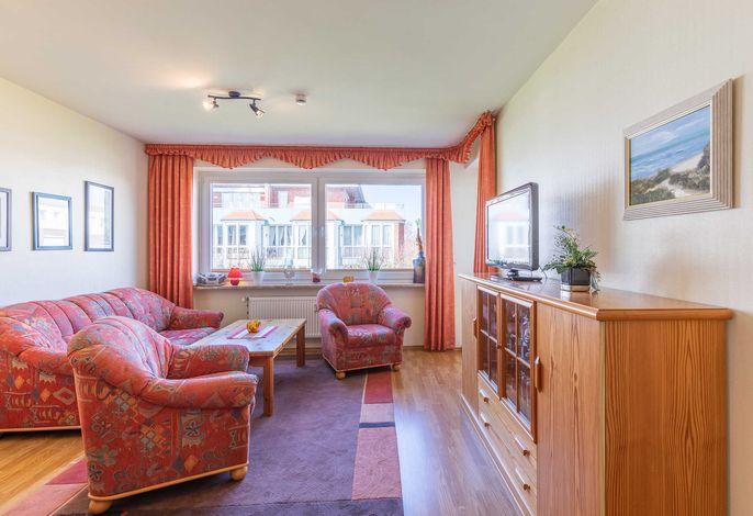 Wohnzimmer mit Sofa und Zugang zum Balkon