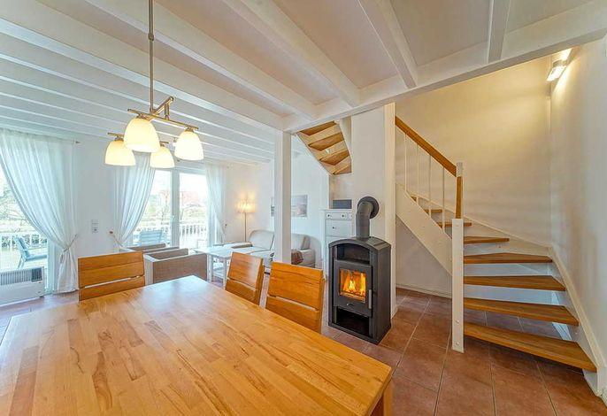 Wohn/Essbereich mit Esstisch, Kamin, Sesseln, Sofa und Schrank