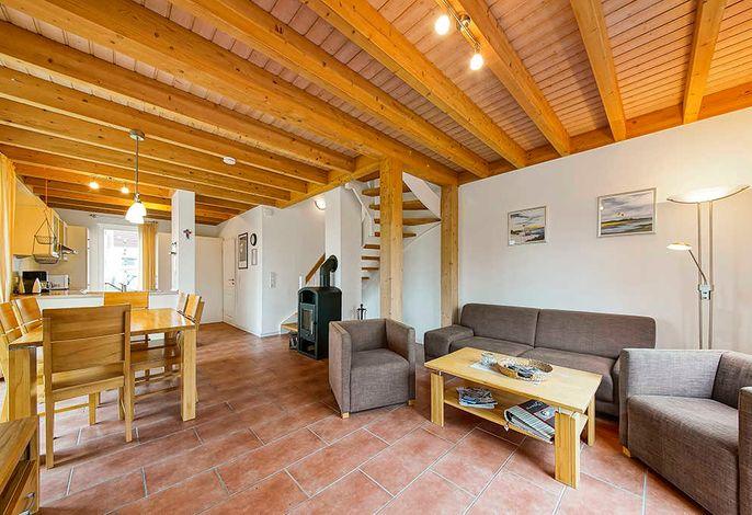 Wohnessbereich mit Couch und Kaminofen