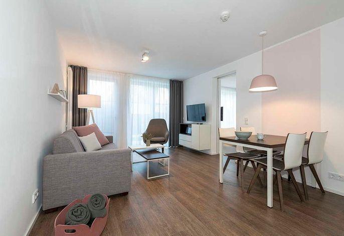 Wohnessbereich mit Esstisch, Couch, Sessel und Couchtisch