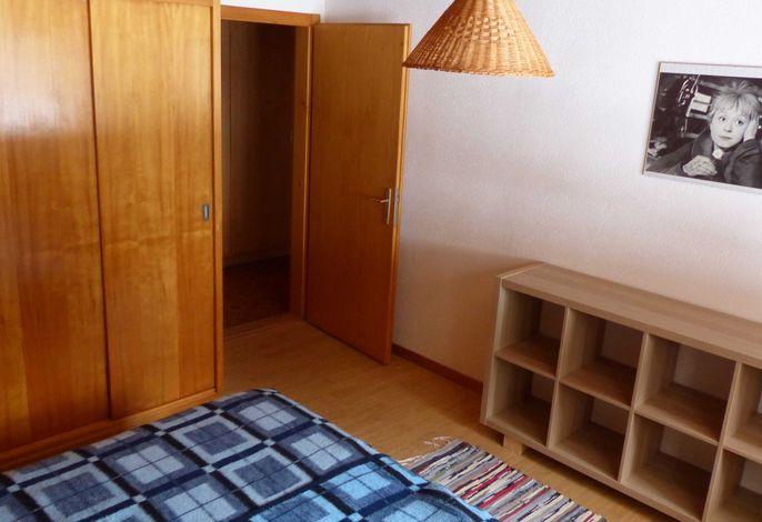 Das Zweibettschlafzimmer bei Belegung für 2 Personen mit grossem Schrank und viel Ablagefläche.