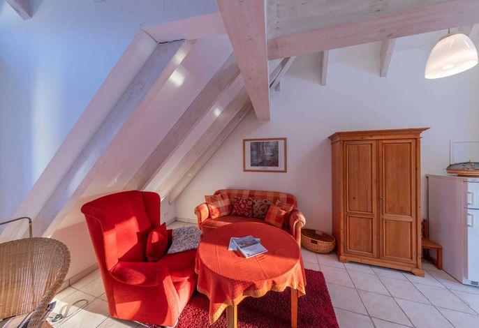 Gemütliche Couch und Sessel im Wohnzimmer