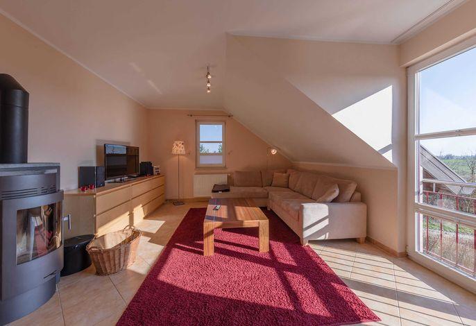 gemütlicher Wohnbereich mit TV und großer Couch