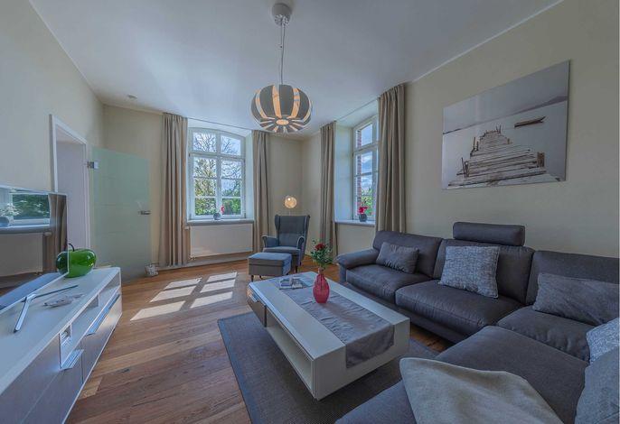 Gemütliches Wohnzimmer mit hohen Decken