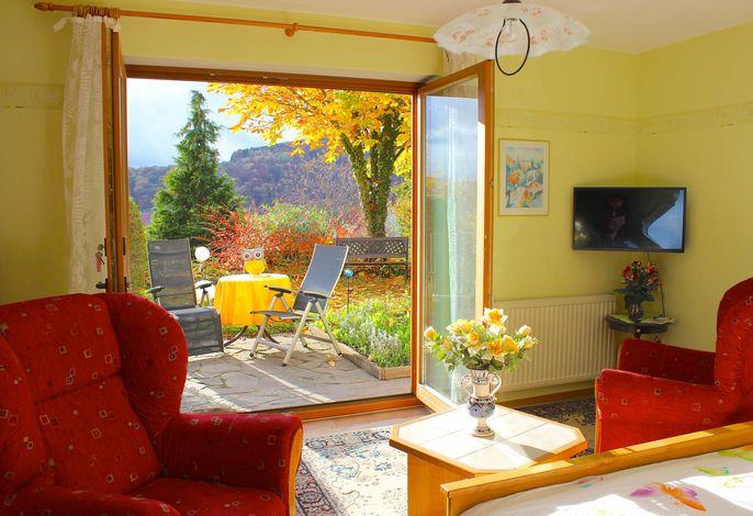 Wohnzimmer & Garten - Ferienwohnung Rhön
