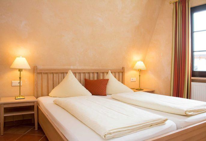 Blick in eins der beiden separaten Doppelbett-Schlafzimmer