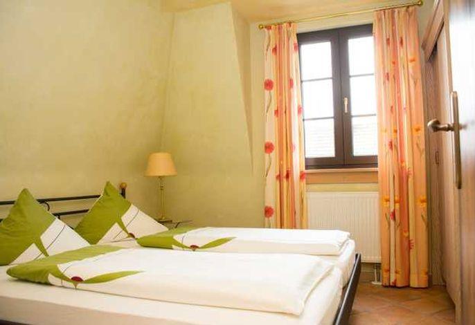 Blick in das separate Schlafzimmer mit Doppelbett