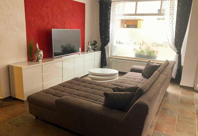 Große Couch am Fernseher im Wohnzimmer
