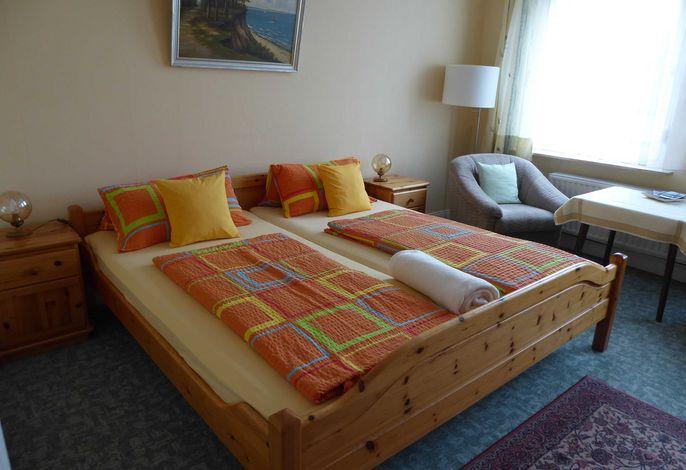 breites Bett mit guten Matratzen