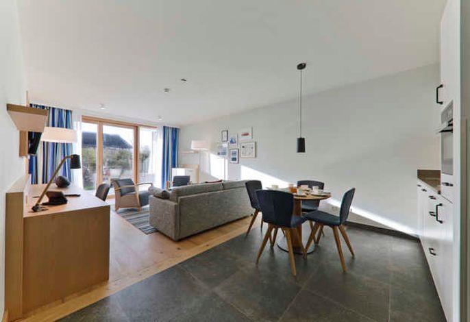Durch die großen Fenster wird der Wohnbereich mit ausreichend Tageslicht versorgt.