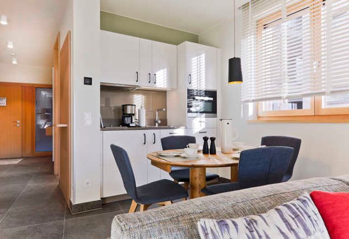 Die offene Küche des Appartments verfügt über eine Spülmaschine sowie über eine Mikrowelle inklusive Backofen.