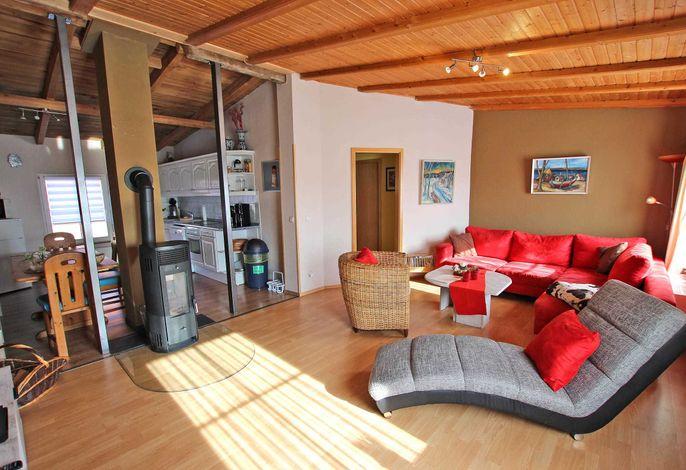 Gemütlicher Wohnraum mit Kaminofen