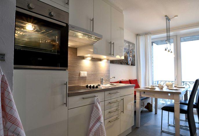 Die Küche bietet einen Zugang zum kleineren Balkon.