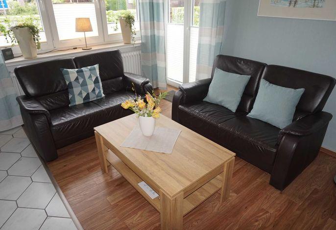 gemütliche Sitzecke mit Terrassentür