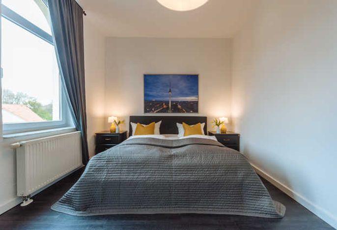 Schlafzimmer mit Doppelbett im 2-Personen-Apartment